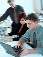Geschäftsleute Geschäftsfrau Geschäftsmann Besprechung Meeting Laptop Notebook