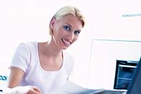 Geschäftsfrau Ordner Dokument Unterlagen durchsehen Porträt