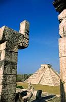 Temple of the Warriors and El Castillo pyramid behind. Chichén Itzá. Mexico