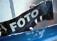 'Photo' text in Spanish printed on poster, close-up