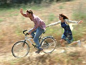 Couple cycling (thumbnail)