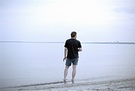 Mann am Strand | Man standing at the Beach |   fully-released