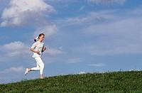 SG F, Freizeit, Hobby, Sport, Jogging junge Frau beim Jogging auf Wiese    Jogger joggen laufen dauerlauf