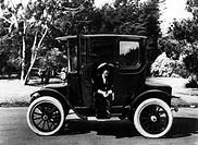 Verkehr hist., Auto, Typen allgemein, Typ ist nicht identifizierbar, um 1900,   frau im auto sitzend, lachend, auf trittbrett sitzend,