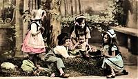 c.hist. Feste - Neujahr, Sylvester, Glückwunschkarte zum Neuen-Jahr, spielende Kinder mit Baby, um 1900 colorierte Postkarte,