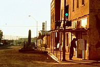 Film, ´U-Turn - Kein Weg zurück´, USA 1997 Regie: Oliver Stone, Szene mit: NIP,   kleinstadt, straße, an telefonzelle stehend, telefonierend, telefon,...