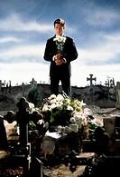 Film, ´Kai Rabe gegen die Vatikankiller´, BRD 1998, Regie: Thomas Jahn, Szene mit: Steffen Wink,  ganzfigur, ganzkörperaufnahme, vor frischem grab ste...