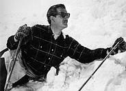 Film ´Der Mann, der sich selber sucht´, BRD 1950, Regie: Geza von Cziffra, Szene mit Karl Schönböck  halbfigur, sonnenbrille, mann im schnee liegend, ...