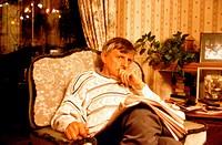 Film, ´Wonderland´, GB 1999, Regie Michael Winterbottom, Szene mit Jack Sheperd,  halbfigur, mann, in sessel sitzend, überlegend, nachdenkend, zeitung...