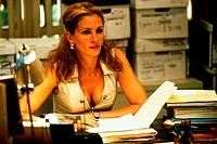 Film ´Erin Brockovich´ USA 2000, Regie: Steven Soderbergh, Szene mit Julia Roberts, Portrait J.Roberts - KEINE TITELVERWENDUNG !!!  junge frau am tisc...
