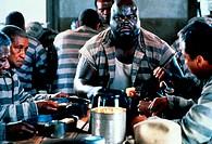 Film, ´Lebenslänglich´ (Life), USA 1999, Regie Ted Demme, Szene mit NIPs,   fetter dicker schwarzer mann, sträflinge zusammen an tisch sitzend, essend...