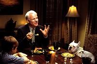Film, ´Haus über Kopf´ (Bringing Down the house), USA 2003, Regie Adam Shankman,  Szene mit Angus T. Jones, Steve Martin  komödie halbfigur hund essen...