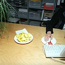 Apfelscheibchen für Zwischendurch - Arbeitsplatz - Buero | Sliced Apple for In Between - Workplace - Office |  fully-released