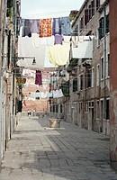 Wäscheleine zwischen Häusern