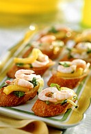 Baguette snacks with courgettes and shrimps