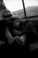 Junge im Zug