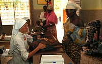 A HOSPITAL IN AFRICA<BR>Photo essay.<BR>Neonatal consultation. Mother-child care center in Ouagadougou in Burkina Faso. UNICEF. United Nations. Dispen...