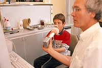 BREATHING, SPIROMETRY IN A CHILD<BR>Photo essay.<BR>Allergist and patient.