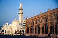 Emirat und Stadt Sharjah, ein Teil der Al Mujarrah Souq an der Corniche Road und eine Moschee Emirate and city of Sharjah, a part of he Al Mujarrah So...