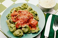 Spinach tortellini with tomato sauce