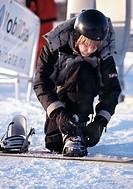 A boy getting ready to go snowboarding - Pojke med snowboard