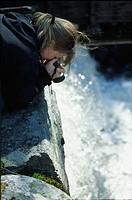 Kvinna som fotograferar vattenfall