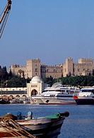 Rhodos Stadt, Mandraki Hafen mit Großmeisterpalast/ Übersicht mit Hafen