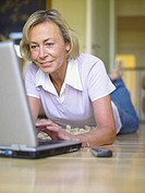 Woman using laptop computer (thumbnail)