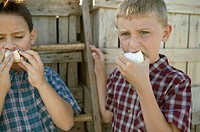 Two boys eating apples (thumbnail)