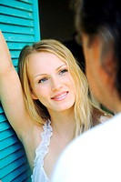 Young woman looking at a man (thumbnail)