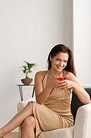 Young woman drinking a cocktail (thumbnail)