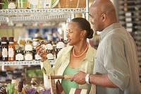 African American couple grocery shopping (thumbnail)