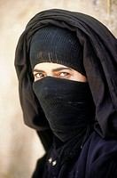 Yemen, Shahara, veiled woman (thumbnail)