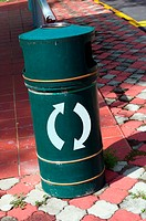 Arrow sign on a dustbin