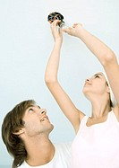 Couple changing lightbulb (thumbnail)