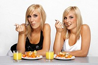 Women eating fruits (thumbnail)