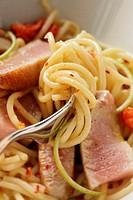 Spaghetti with tuna and tomatoes