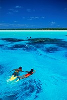 Couple snorkling in Aitutaki lagoon in Cook Islands
