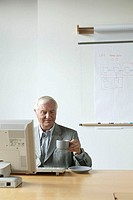 Office worker, coffee cup, holds,  Computer work, Halbporträt,  Office, Office, business, businessman, employee, advisors, man, senior, 60-70 years, s...