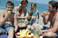 Beach, family, relaxation, Fruit juices, drinks, South fruits, eat  Series, parents, 30-40 years, children, two, 9-14 years,  Sea, gravel beach, picni...