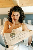 Bed, woman, young, horrifies, newspaper reading,  Laptop, portrait,   Series, 20-30 years, long-haired, curls, curly, brunette, nicely, leisure time, ...