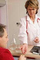 MANHOSPITALPATIENTW DOCTOR<BR>Reconstructedsceneinhospital <BR>Distributionofdrugs