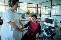BLOODPRESSURE,ELDERLYPERSON<BR>PhotoessayatthehospitalofMeaux77,France SiteofOrgemont <BR>Nurse