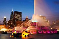 Illinois, Chicago, Buckingham fountain and Sears Tower, city skyline at dusk, landmark in Grant Park