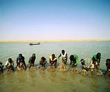 Fishermen. Young Bozo women. Niger river. Mali.