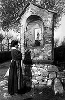 italia, donna che prega ad una cappelletta, 1910