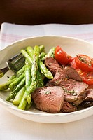 Beef with green asparagus and tomatoes