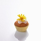 Mini-muffin with yellow daisy
