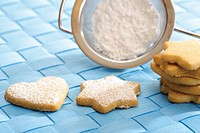 Shortcrust biscuits with icing sugar