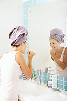 A young woman brushing her teeth (thumbnail)